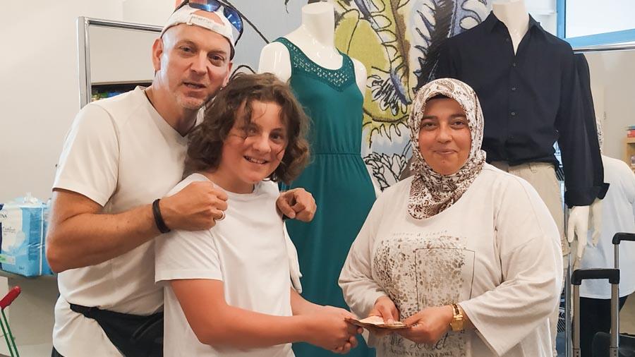Marktleiterin vom soogut Mödling Nazife Asik mit Christoph und Michi Penz