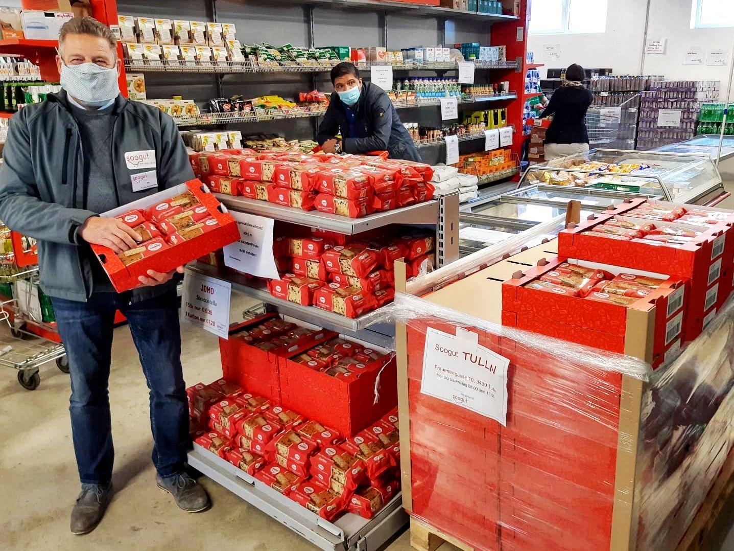 Warenbeschaffer und soogut-Marktleiter von Tulln, Gerwald Herz, freut sich über die großzügige Spende der Firma Jomo.
