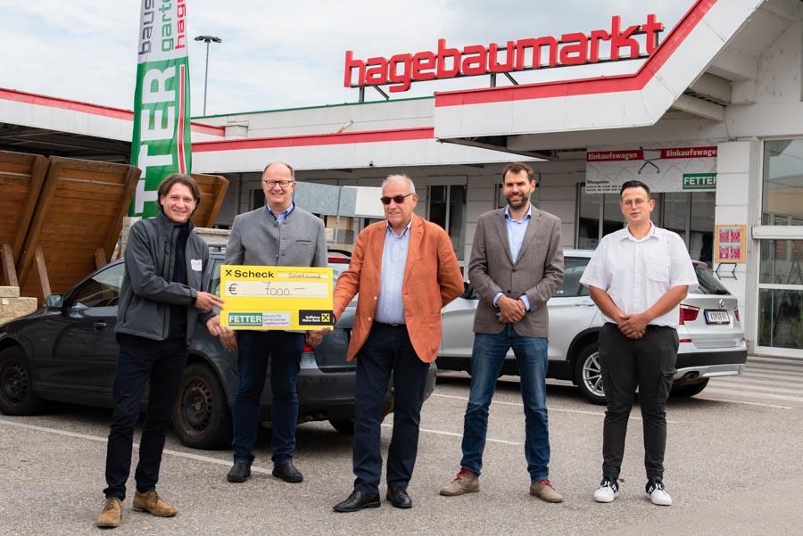 Die Fetter Baumarkt GmbH übergibt einen Scheck von 7.000 Euro an den Geschäftsführer der soogut-Sozialmärkte, Wolfgang Brillmann.