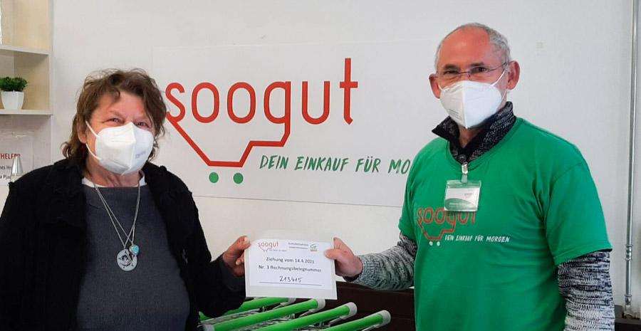 Soogut-Marktleiter Johannes Hrabak mit der glücklichen Gewinnerin Karin Höck