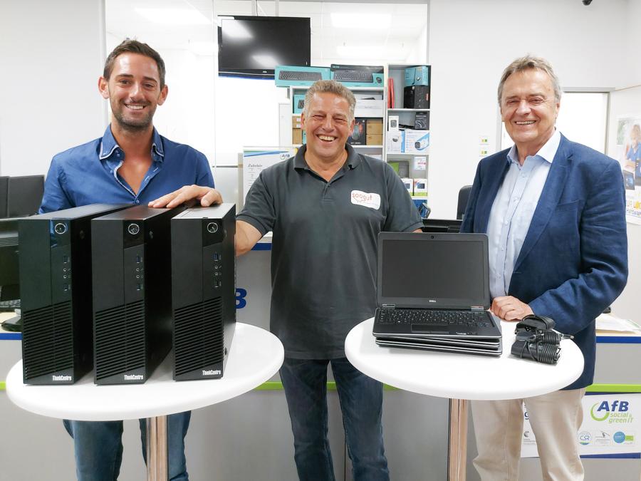Der Geschäftsführer von AfB, Ing. Kurt Essler und Teamleiter E-Commerce, Christof Reiterer, übergeben dem Warenbeschaffer der soogut-Sozialmärkte, Gerwald Herz, eine großzügige Computerspende.