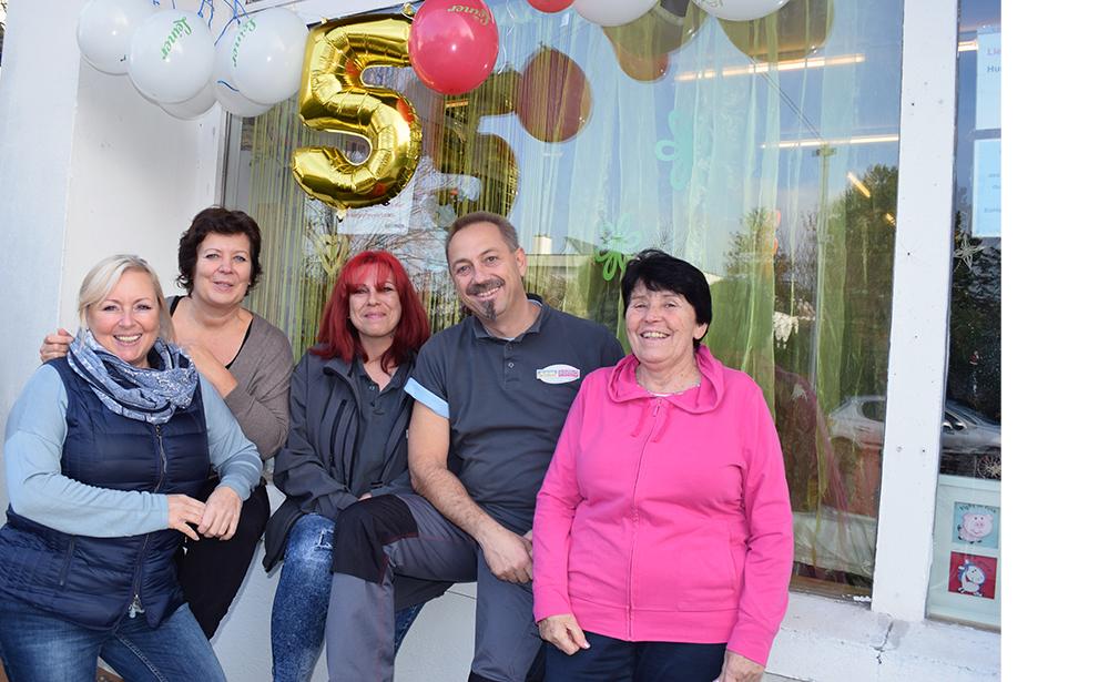 Das Team von Freiwilligen und hauptamtlichen MitarbeiterInnen vor der Second Hand Boutique SOMA Tulln