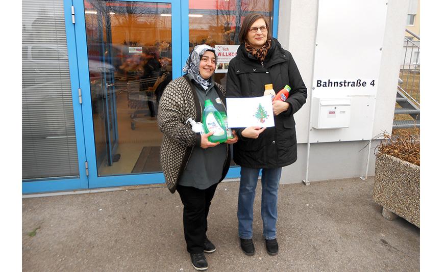 Viktoria Lintner übergibt Nazife Menekse die Waren