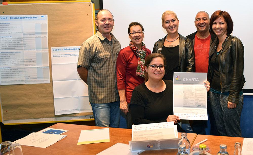 Mitarbeiter der NÖN GKK sowie Irmgard Pöll und Anneliese Dörr beim Unterschreiben der Charta