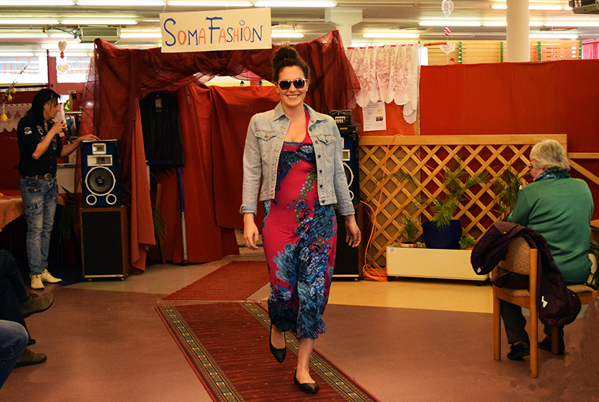 Sandra in einem schönen Sommerkleid