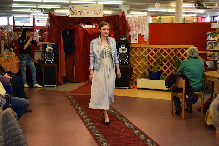 Ida in einem weißen Sommerkleid mit Jeansjacke