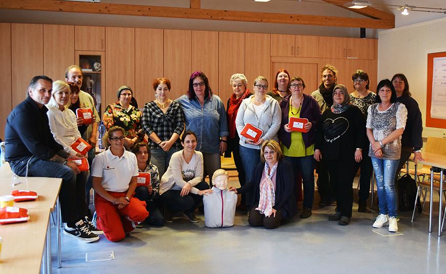 Petra Köhsl, MSC, vom Roten Kreuz inmitten ihrer TeilnehmerInnen