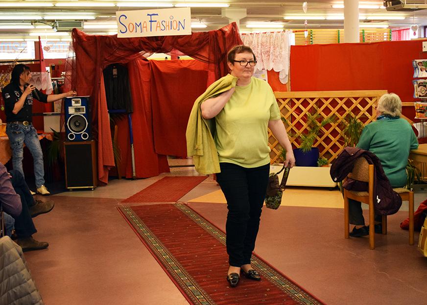 Melitta in schwarzer Hose, gelbem T-Shirt und passender Jacke