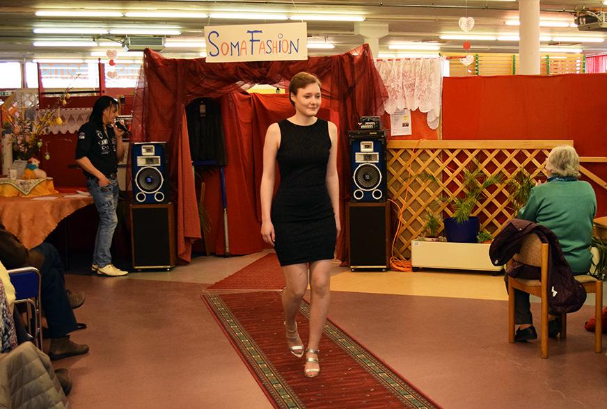 Ida in einem kurzen, schwarzen Kleid