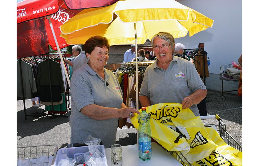 Maria Vavrouek und Christine Würcher, 2 ehrenamtliche Damen an der Kassa