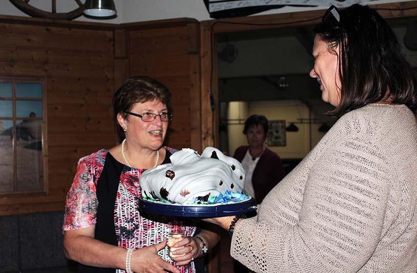Christine überreicht Traudi eine Torte