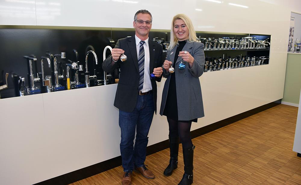 Niederlassungsleiter IMPEX Hannes Schöller mit Regionalmanagerin Anneliese Dörr bei der Übergabe der Christbäume