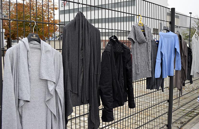 Kleidung am Zaun