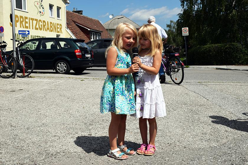 2 kleine Bescucherinnen singen