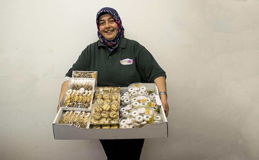 Nazife Menekse freut sich über die Kekse