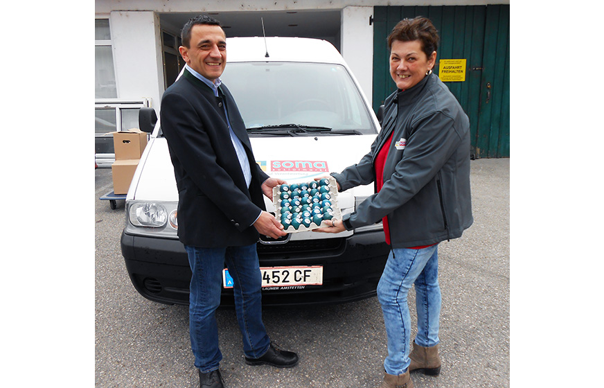 v.l.n.r.: LAbg. Ing. Martin Huber überreicht die Eier Gerlinde Luftensteiner