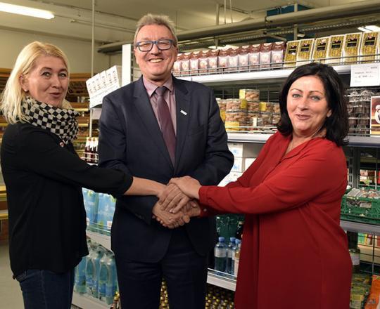 v.l.n.r.: Anneliese Dörr (Regionalmanagerin SAM NÖ), Silvio Kirchmair, CEO Umdasch Shopfitting Group GmbH, Inge Höblinger (ML SOMA Amstetten)