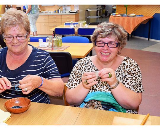 Margit Leisentritt und Monika Binder beim eifrigen Basteln
