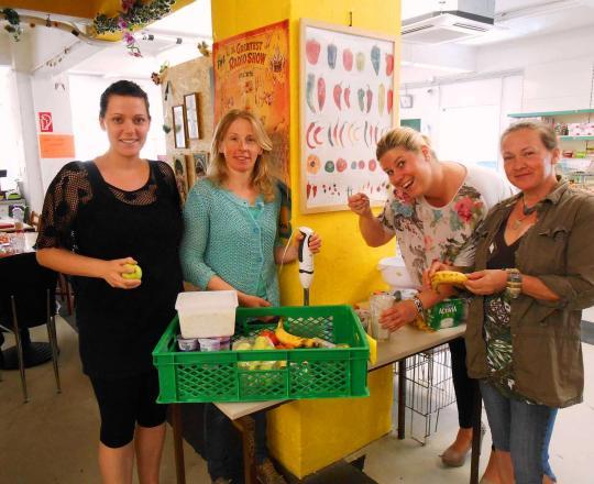 Das SOMA Stockerau Team mit Mag. Iris Wagensonner bei der Zubereitung der gesunden Jause