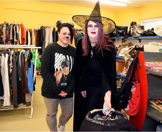Hexe Saskia und ihre Helferin verteilen Süßgkeiten