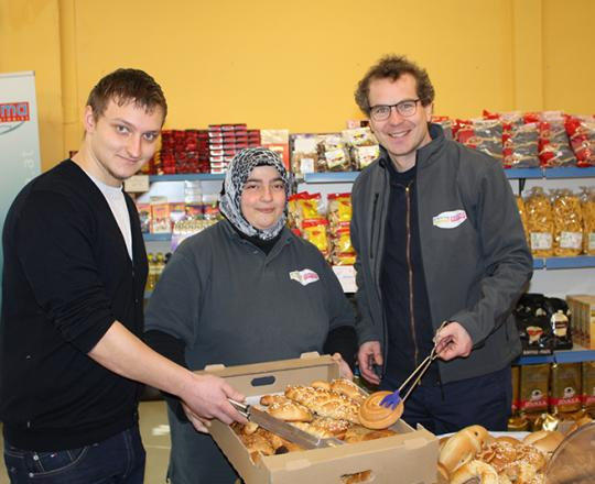 GS1 GF Gregor Herzog, gemeinsam mit Raimund Waginger (GS1) und der Marktleiterin SOMA Mödling Nazife Menekse