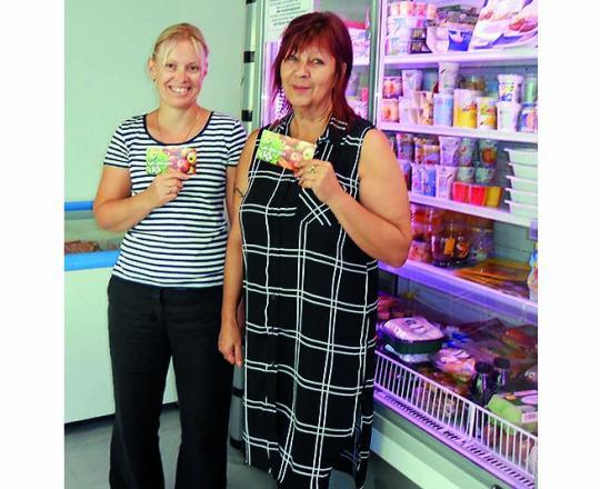 Oksana Khanberova und Roswitha Brikic freuen sich über die Gutscheine