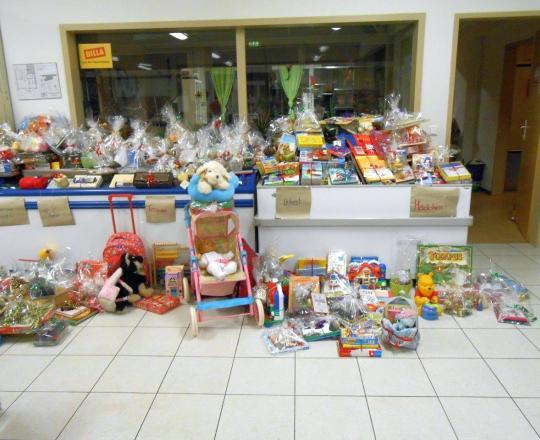 Weihnachtsgeschenke für die SOMA Tulln KundInnen, gesammelt und verpackt von SchülerInnen der 1. FSB
