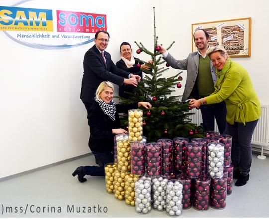 Übergabe von Christbäumen Tacoli und Christbaumkugeln