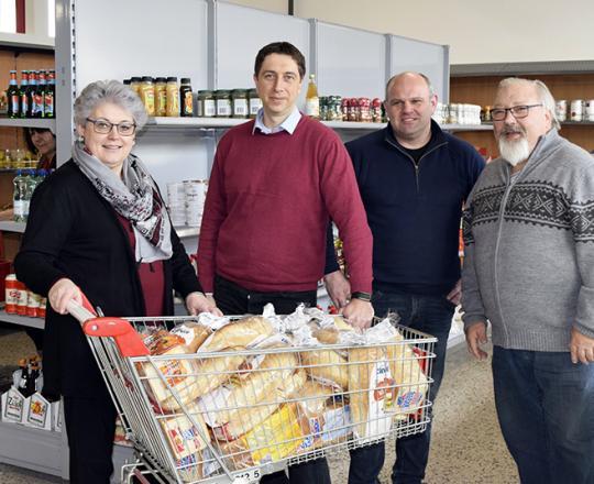 v.l.n.r.:Marktleiterin Barbara Sandhofer, Andreas Pusker (Gedankensprung), Norbert Grögler (Heizbär) und Franz Schöngrundner (Malermeister)