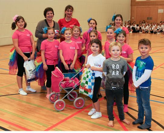 Uli Stambera bei der Sportunion Stockerau - Überreichung der Geschenke durch die Kinder