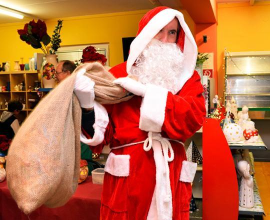 Weihnachtsmann verteilt Ge4schenke an die SOMA-Kinder