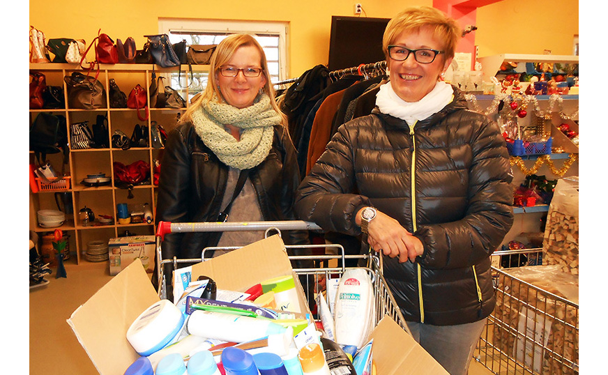 Silvia Baier und Herta Stampfer mit vollem Einkaufswagen