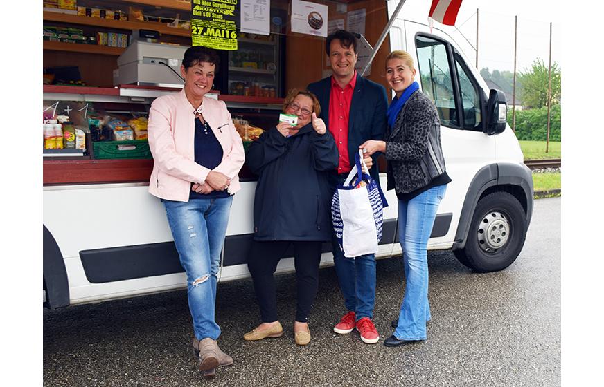 v.l.n.r.: Gerlinde Luftensteiner (Martkleiterin), Esma Zubovic (Kundin), Sozialstadtrat Gerhard Riegler, Anneliese Dörr (Regionalmanagerin)