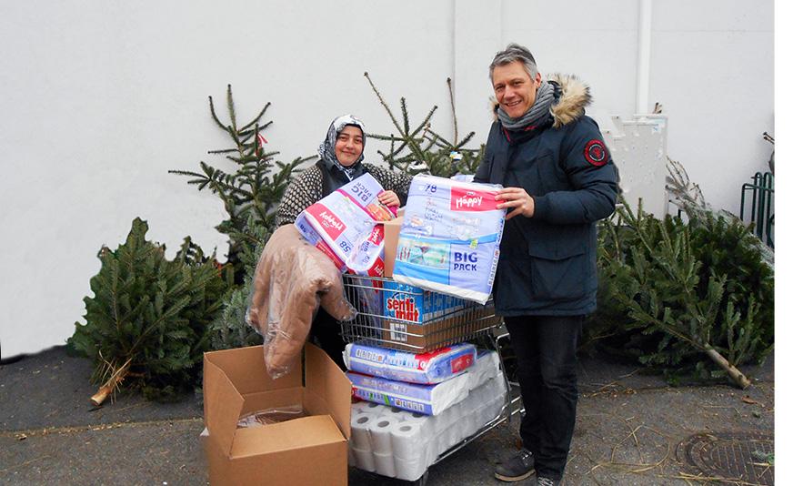 Christian Ess übergibt die Spenden an Nazife